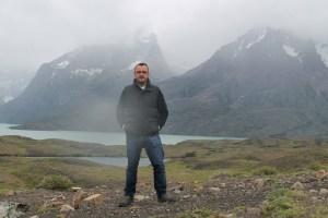Jose Ferri mirando los cuernos del Paine